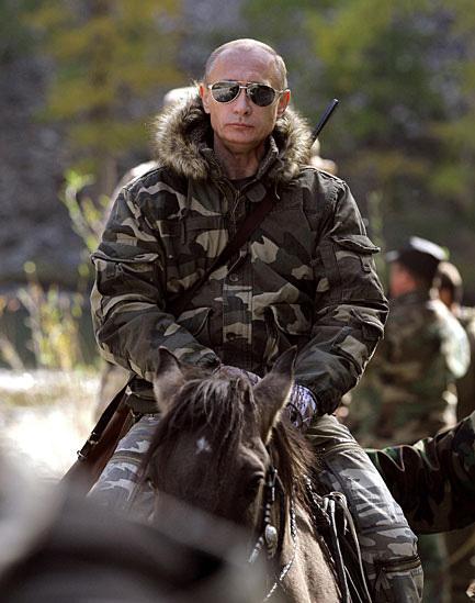 普京骑马不罕见、拿枪图也不罕见,马背背枪仅