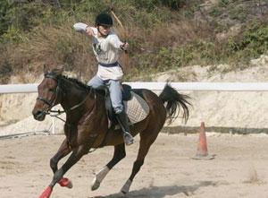 黄启安称雄韩国国际骑射比赛