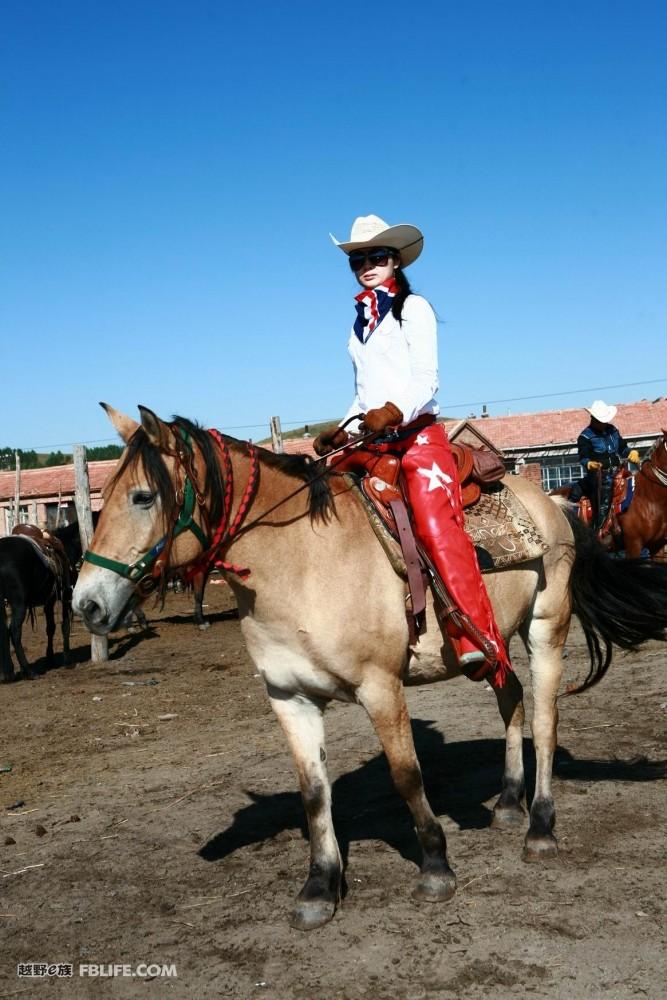 西部风美女骑马