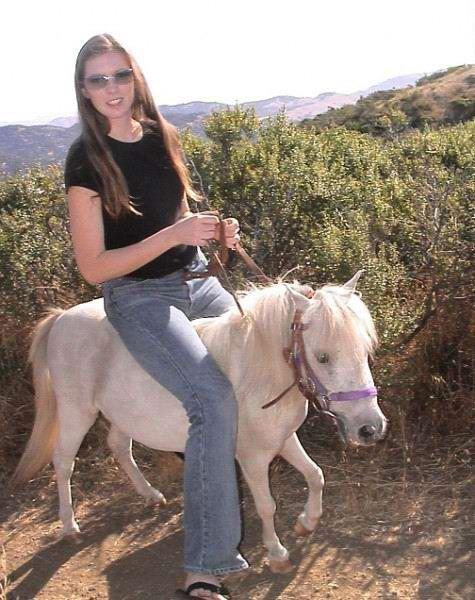 金发美女骑马