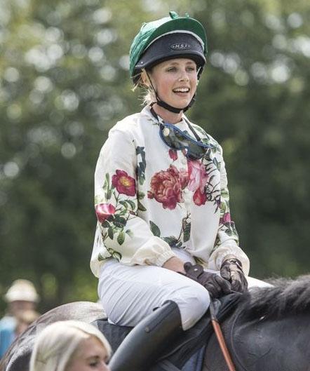 英国:巴宝莉御用名模荣获马术比赛冠军