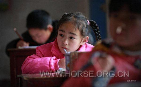 广西桂林瑶族留守儿童骑马上学